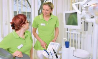 Zahnarzt Germering - Ronny Kauley - Praxisimpressionen - Mitarbeiterinnen im Gespräch