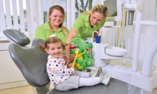 Zahnarzt Germering - Ronny Kauley - Praxisimpressionen - Kind auf Behandlungsstuhl